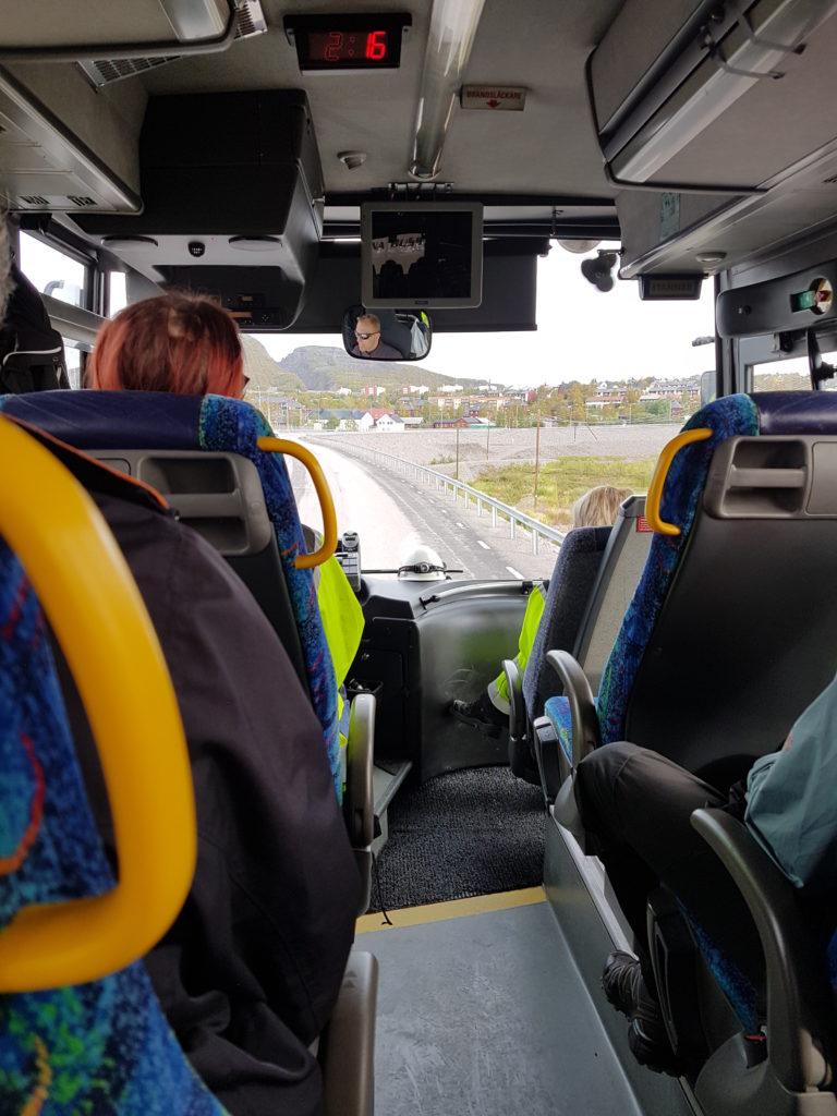 Här åker vi buss. Berget ni ser genom vindrutan är Luossavaara, här har man tagit upp malmen genom ett dagbrott. Idag används berget som slalombacke.