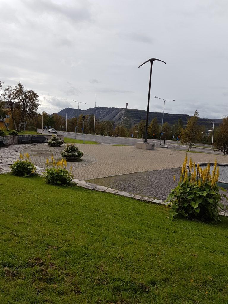 Klassisk bild av Kirunavaara. Det som ser t som ras är LKAB's försöka att återställa dagbrottet genom att fylla igen det med gråberg, men det rök något alldeles förfärligt så det får vara som det är.